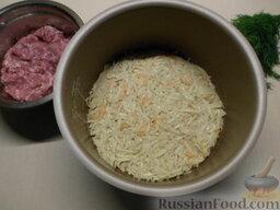 Картофельная запеканка с мясными шариками: В форму для запекания добавьте подсолнечное масло, смажьте все стенки и дно. Выложите основу запеканки.
