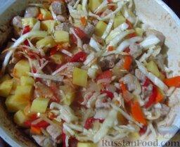 Мясо по-аргентински: Выложите картофель и капусту в сковороду, посыпьте солью, черным молотым перчиком и красным (если используете его вместо чили).