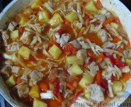 Мясо по-аргентински: Залейте овощи с мясом водой, чтобы содержимое сковороды не полностью утопало. Накройте крышкой, доведите до кипения, тушите минут 15, до мягкости картофеля. Потом добавьте помидоры, готовьте еще минуты 2.