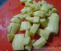 Мясо по-аргентински: Картофель порежьте кубиками.