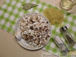 Куриный суп с грибами и плавленым сыром: Как приготовить куриный суп с грибами и сыром:    Самое первое, с чего необходимо начать приготовление супа, так это с варки курицы в подсоленной воде.   Затем вымыть грибы под проточной водой, снять верхнюю пленку, нарезать мелким кубиком.
