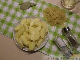 Куриный суп с грибами и плавленым сыром: Вымыть и очистить от кожуры картофель, нарезать брусочками.
