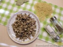 Куриный суп с грибами и плавленым сыром: Обжарить грибы с луком на подсолнечном масле, до тех пор, пока не испарится вся лишняя жидкость.