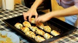 Куриные рулетики с помидорами и мягким сыром: Обжаренные куриные рулетики с сыром и помидорами выкладываем на слегка смазанный растительным маслом противень и отправляем в предварительно разогретую до 190 градусов духовку на 15-20 минут, до полной готовности.