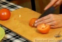 Куриные рулетики с помидорами и мягким сыром: Готовим начинку. Помидоры режем тонкими полуколечками.