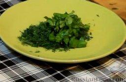 Куриные рулетики с помидорами и мягким сыром: Шинкуем зелень.