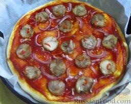 Простая пицца с домашней колбасой: Достаньте пиццу из духовки.