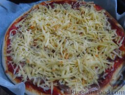 Простая пицца с домашней колбасой: Посыпьте сыром и снова поместите пиццу с колбасой в духовку на 8-10 минут.