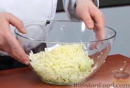 Капустный салат с перцем и орехами: Как приготовить капустный салат с перцем и орехами:    Шинкуем молодую капусту - очень тонко. Теперь мы должны ее замариновать.