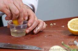 Капустный салат с перцем и орехами: Для этого мы берем сок половинки лимона: прижимая, прокатываем лимон по доске, режем пополам и выжимаем сок из половинки.  Добавляем его к уксусу (лучше брать яблочный).