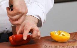 Капустный салат с перцем и орехами: Чистим перец, разрезаем пополам.