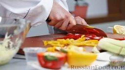 Капустный салат с перцем и орехами: Половинку красного и половинку желтого перца нарезаем тонкими продольными полосочками.