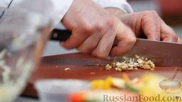 Капустный салат с перцем и орехами: Промытые грецкие орехи измельчаем ножом - не слишком мелко.