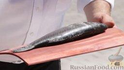 Сибас на доске: Очищаем сибас, выкладываем на доску.