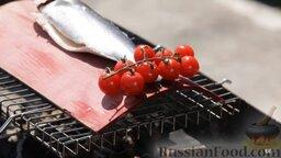 Сибас на доске: Ставим доску с рыбой на мангал.  Винные пары пропитывают сибаса. Когда доска под воздействием температуры изгибается, снимаем рыбу.
