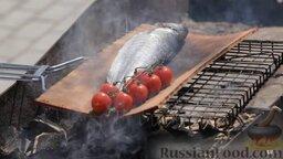 Сибас на доске: Доска чуть дымит, сибас коптится… Все, сибас на мангале готов!