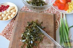 Салат с морской капустой и красной смородиной: Как приготовить салат из морской капусты с красной смородиной:    Морскую капусту нарезать поперёк на более короткие части.