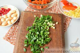 Салат с морской капустой и красной смородиной: Нарезать зеленый лук, добавить к капусте c перцем.