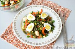 Салат с морской капустой и красной смородиной: Всыпать кукурузу и фасоль. Добавить специи и перемешать.   Выложить салат на тарелку. Очистить яйца, разрезать пополам и выложить сверху салата.