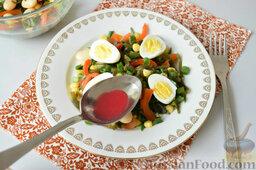 Салат с морской капустой и красной смородиной: Ягоды (замороженные/свежие) раздавить ложкой, образовавшийся сок соединить c маслом и полить салат.