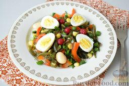 Салат с морской капустой и красной смородиной: Салат из морской капусты со смородиной готов. Украсить ягодами.