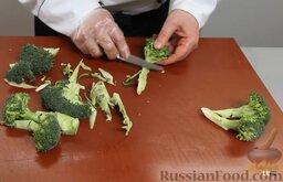 Рыба дорадо, запеченная в соли, с овощным гарниром: А сами займемся овощным гарниром. Берем брокколи, разбираем по соцветиям.