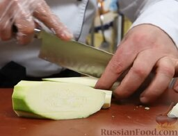 Рыба дорадо, запеченная в соли, с овощным гарниром: Кабачки нарезаем вдоль, крупными ломтиками. Овощи нужно подготовить красиво - в этом блюде они очень заметны.