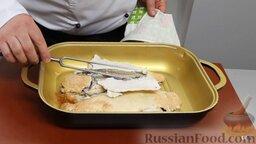 Рыба дорадо, запеченная в соли, с овощным гарниром: Рыба, запеченная в соли, готова. Очень аккуратно снимаем соль вместе с кожей. Рыба впитала всю соль, которую нужно, не больше и не меньше - это ее свойство.
