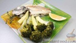 Рыба дорадо, запеченная в соли, с овощным гарниром: Выкладываем на тарелку нашу рыбку целиком. Подкладываем к ней под бочок овощной гарнир. Можно добавить дольку лимона.   Все, этому блюду больше ничего не надо. Дорадо, запеченная в соли, и овощной гарнир на пару - мечта гурмана и диетолога! И с чешуей бороться не надо.  Наслаждайтесь!