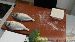 Рыба дорадо, запеченная в соли, с овощным гарниром: Чистим рыбу - обрезаем плавники, хвост, вынимаем внутренности.