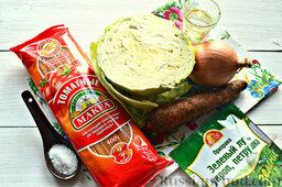 Томатные спагетти с жареной капустой: Подготавливаем для постного блюда с макаронными изделиями все необходимые ингредиенты. Используем томатные спагетти MAKFA.