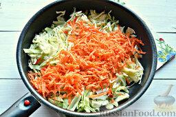 Томатные спагетти с жареной капустой: Следующий ингредиент – морковь. Ее мы натрем на терке, а потом добавим к капусте.