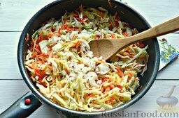 Томатные спагетти с жареной капустой: Добавляем нашинкованный репчатый лук.