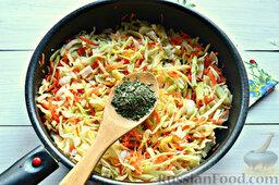 Томатные спагетти с жареной капустой: Добавим к капусте сушеную зелень. Перемешаем.