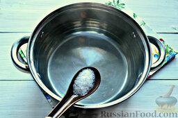 Томатные спагетти с жареной капустой: Параллельно ставим на огонь кастрюлю. Кипятим воду. Не забываем присолить.