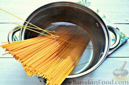 Томатные спагетти с жареной капустой: В кипящую воду опускаем томатные спагетти. Периодически перемешиваем.