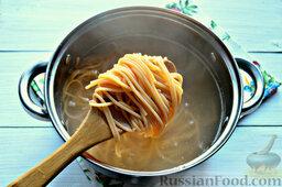 Томатные спагетти с жареной капустой: Варим макароны согласно рекомендациям производителя.