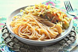 Томатные спагетти с жареной капустой: Готовые томатные спагетти выкладываем на блюдо, дополняем их жареной капустой.  Спагетти томатные с жареной капустой можно подавать.