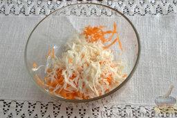 Салат с морской капустой и корнеплодами: Очищаем от кожуры сельдерей. Измельчаем его и добавляем к общей массе.