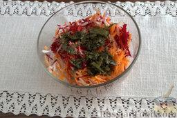 Салат с морской капустой и корнеплодами: С помощью острого лезвия ножа измельчаем морскую капусту и вводим ее в миску с корнеплодами.