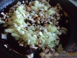 Вегетарианская шаурма: Разогреть сковороду, налить растительное масло. В горячее масло выложить грибы и лук. Жарить на среднем огне, помешивая, 5-7 минут. Посолить, поперчить по вкусу. Перемешать.