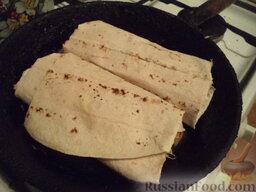 Вегетарианская шаурма: Разогреть сухую сковороду. Выложить шаурму. Прогреть с одной стороны на среднем огне (1 минуту). Затем перевернуть и прогреть с другой стороны 1 минуту.