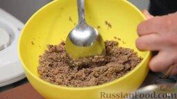 Равиоли с мясом и шалфеем: Солим, перчим и хорошенько перемешиваем. Фарш готов, вернемся к тесту.