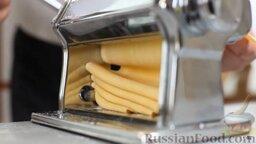 Равиоли с мясом и шалфеем: Делим тесто на части по 100 граммов. Берем кусочек, раскатываем с помощью специальной машинки: начинаем с самого первого положения валков - для самого толстого теста, несколько раз прокатываем, складывая пополам. Меняем положения валков, получаем все более тонкое тесто. Если нужно, чуть присыпаем мукой.