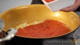 Равиоли с мясом и шалфеем: Добавляем итальянские консервированные помидоры кусочками. Щепотку соли, чуть-чуть, немножко белого вина, смесь сухого базилика и орегано - тоже щепотку. Перемешиваем, тушим буквально три минутки, чтобы все компоненты между собой подружились.