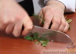 Равиоли с мясом и шалфеем: Измельчаем петрушку.
