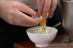 Равиоли с мясом и шалфеем: Добавляем в нее два крупных яйца, щепотку соли.