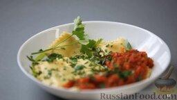 Равиоли с мясом и шалфеем: Выкладываем равиоли на тарелку, поливаем соусом, посыпаем рубленой зеленью.  Равиоли с мясом и шалфеем готовы! Наслаждайтесь!