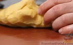 Равиоли с мясом и шалфеем: Замешиваем тесто. Конечно, это можно сделать вручную, но кухонный комбайн потратит на это куда меньше времени и сил. Тесто вымешиваем в комбайне 5-7 минут. Добавляем немножко оливкового масла и вымешиваем еще минуту. Вынимаем, обминаем руками.