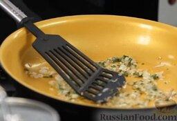 Равиоли с мясом и шалфеем: Тушим их вместе с луком - совсем недолго, буквально минутку.
